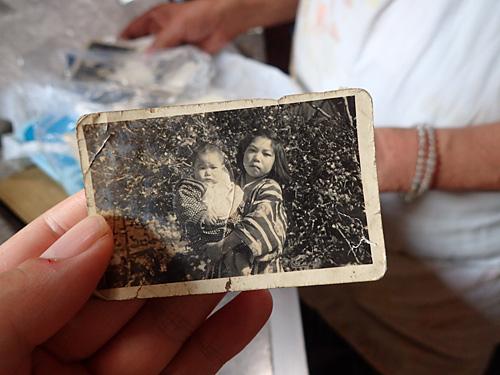 話の流れで昔の写真を見せていただいた。右が若き日のおばちゃん。
