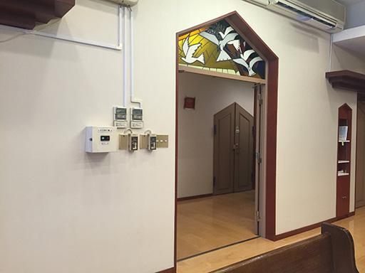 ステンドグラスの下が礼拝堂入り口