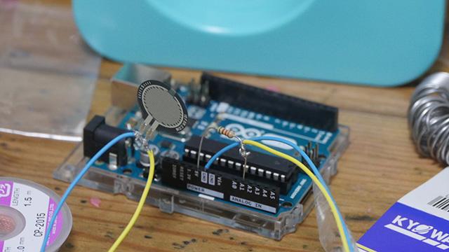 感圧センサーが届いたのでつないだ。つなぎ方やプログラムは検索して出てきたものをそのまま使った。