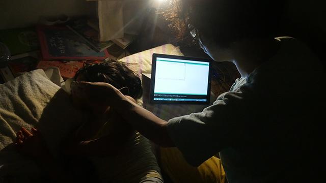 深夜寝静まったころ、こっそり娘の寝顔に押し当てる…これが新時代のキスだ
