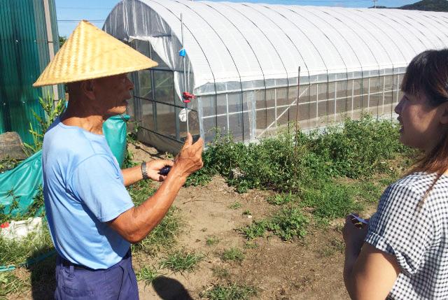 「たんじゅんやさい」生産者の水谷さん。せっかくだからと、畑を見せてくれることになった