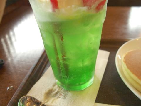 なんといっても緑色のメロンソーダ。