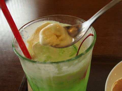 アイスは単体で食べても美味しいし、メロンソーダと混ざるのも美味しい。