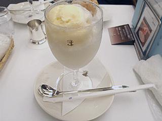 変り種その1、銀座ウエストの白いクリームソーダ。