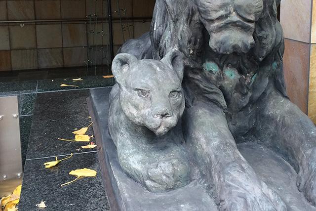 子ライオンがジャングル大帝のレオみたいで超かわいい。キリッとした目がたまらない。あと、親ライオンに寄り添っている所もいい。
