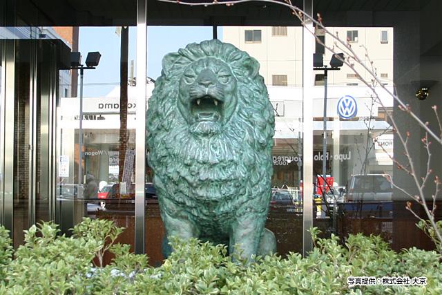 おそらくこの横浜のライオン像はレア中のレア。やたら迫力のあるライオンだ。