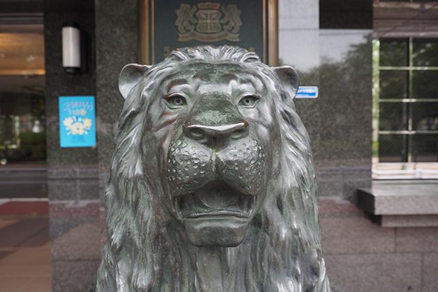 切れ長の目をしているが、ひょうきんな顔だ。友達になりたいタイプのライオン像。