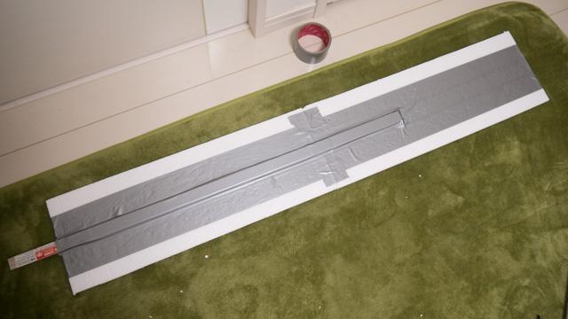 発泡スチロールに銀のテープを巻きつけただけ作られているので、片手で持てるくらい軽い