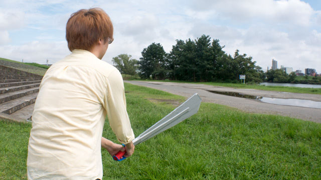 背中側から見ると、遠近感が打ち消されて普通の剣に見える