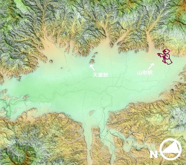 引いて見ると、地形図上でヨーダはこういう位置にいる。盆地全体に祝福をしているようだ。(国土地理院「基盤地図情報数値標高モデル」5mメッシュをもとにカシミール3Dで表示したものをキャプチャ・加筆加工)