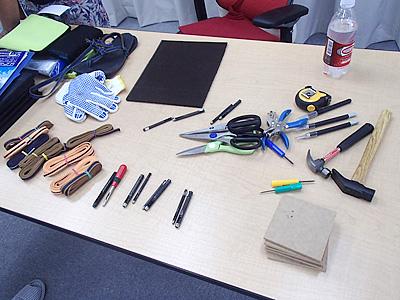 ワラーチの材料と作る道具。その辺で揃うものばかり。