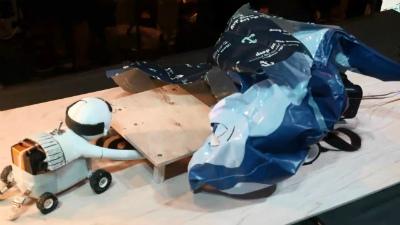 試合開始とともにベールがはがれ、なにやら膨らみ始めるGrowing Robot。予想以上の勢いで成長する!