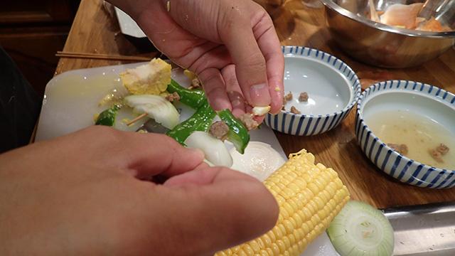 お湯で戻した謎肉を野菜といっしょに串に刺していく。