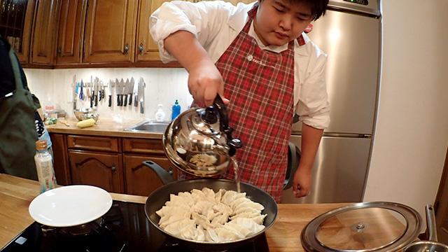 フライパンに並べて1分くらい焼いたらお湯を注いで蒸し焼きにします。