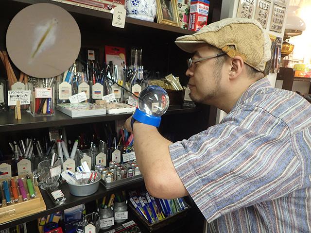 文房具屋でシーモンキーといっしょに。「なんだ、シモ三郎はKUMの2穴鉛筆削りが気になるのかい?」
