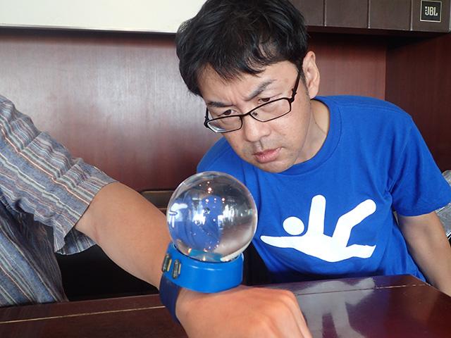 この日はカルカルでライター三土さんの『街角図鑑』出版記念イベントがあった。執筆者の一人でもあるライター伊藤さんが僕の腕とシーモンキーをすごい凝視してる。