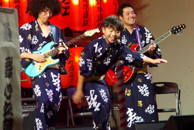 本日最年少の歌い手である桑舞心之輔さん。後ろから見守るギタリストのまなざしが優しい。