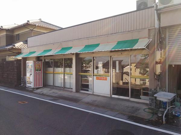 店の外からは「ノニ・ジュース」という情報しか得られない。