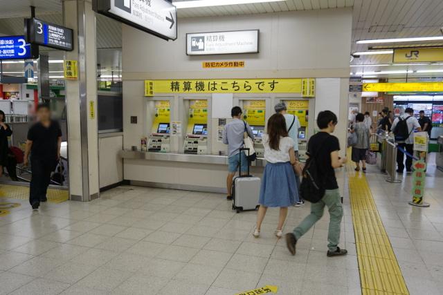 精算機があることを4台に渡って掲示するだけでなく、両端にも貼る念の入れよう(松戸駅)。