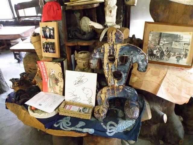 「空」という字をイメージしたという、陶器製の人形(テーブル右側)