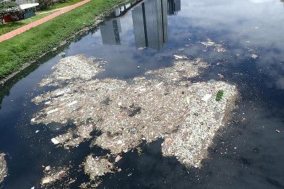 川は濁り、水面には大量のゴミと油が浮く。硫黄のような悪臭も。
