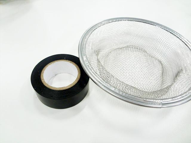 光が漏れないよう、ごみ取りネットに黒のビニールテープをペタペタ貼っていく