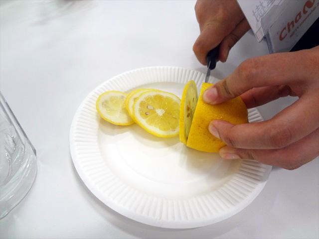 レモンを切って入れていく
