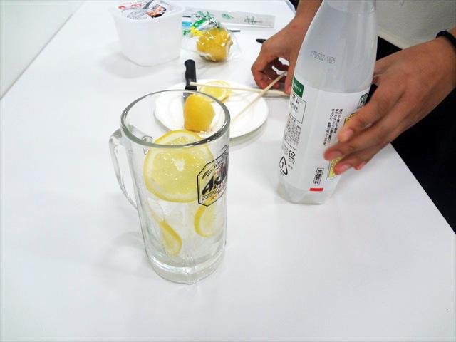グラスに氷とレモンが入っただけでいい感じに