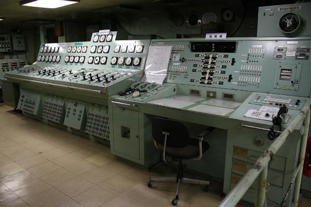 青森駅近くにある青函連絡船八甲田丸の機関制御室。船の機関制御室や、発電所の制御室など、計器が並んだコンソールになぜか惹かれてしまいます。(sub-express)