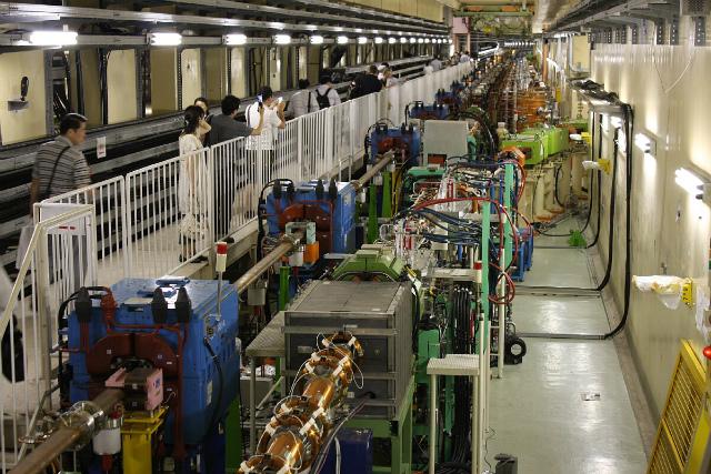つくばの高エネルギー加速器研究所の加速器KEKB(sub-express)