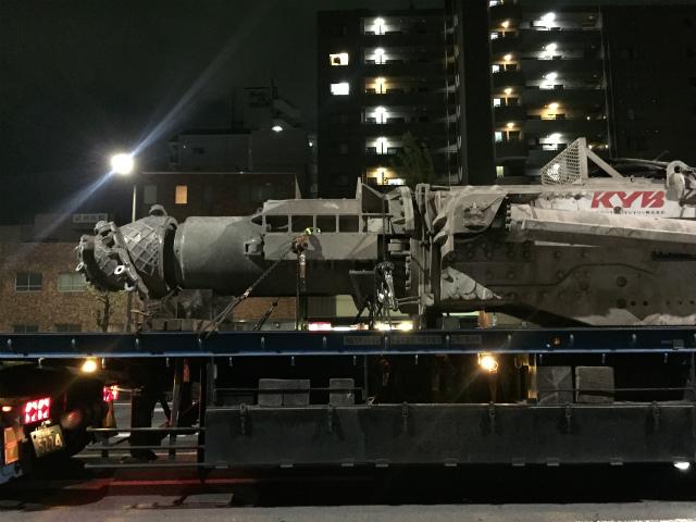 深夜の帰宅中、並走していた大型トレーラーで輸送されていた物件。照明も相まって、特撮のプロップのような写真になりました。全体が収まっていませんが、KYB社のトンネル掘削機の先端部分</a>のようです。(いしだ)