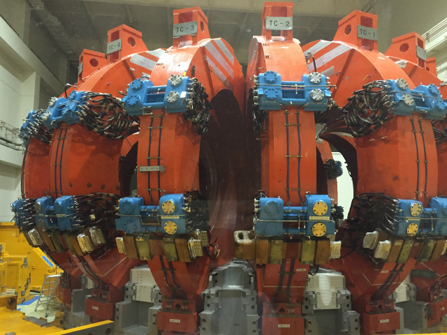 日本原子力研究開発機構 那珂核融合研究所  の建設中の核融合実験装置の写真を送ります。過去に稼働していた、磁場封じ込め型核融合実験装置に使われているコイルです。これによって、1996年に、世界最高の温度5億2千万度を達成しました。(Deitrich)