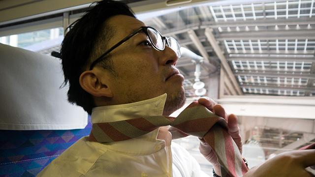 新幹線の車内でネクタイを締め