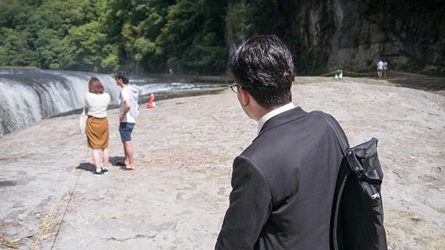 吹割の滝の前にカップル