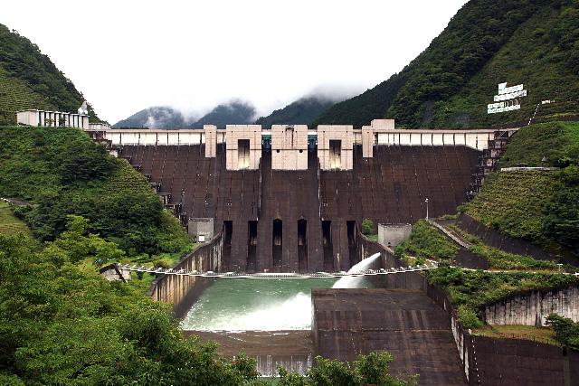 大井川をせき止める迫力の堤体、長島ダム