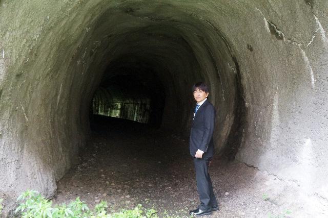 その橋に行くためにはこのトンネルを抜ける