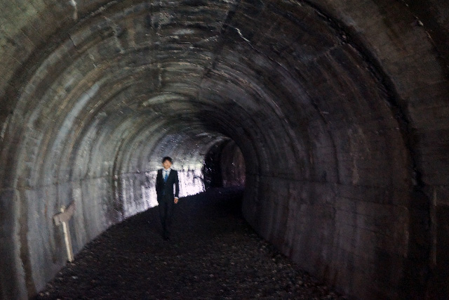 このトンネルの向こうからスーツの人来たら僕は気絶すると思う