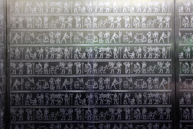 エレベーターの箱の中が古代エジプト柄だった