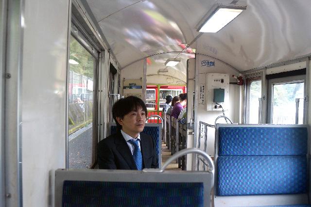 観光列車に乗っている犯人を尾行、みたいな雰囲気