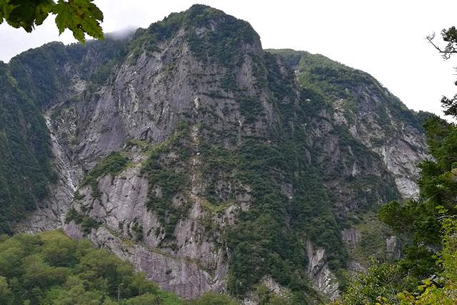 真ん中の巨大な壁が屏風岩。いいなぁ、登りたいなぁ。