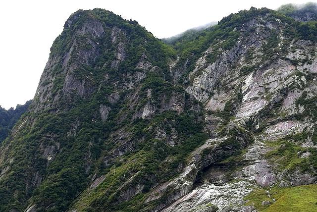 屏風岩を右に回り込んだ写真。この辺にもルートがあったりするんだろうか。岩が脆そうで怖い。