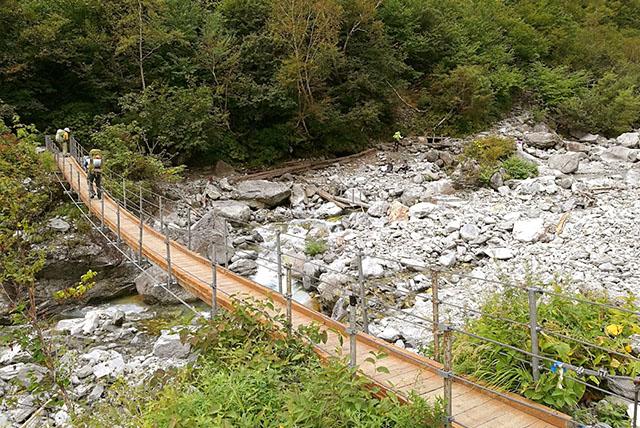 本谷橋。歩くとエライ勢いで揺れて楽しい。