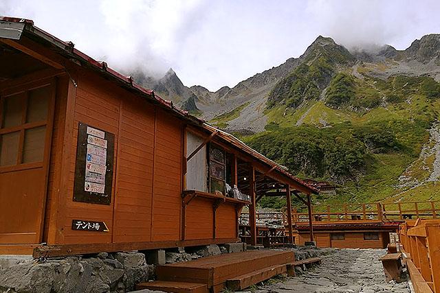 涸沢ヒュッテはかなり立派な山小屋です。