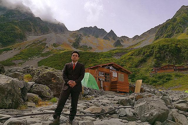 写真中央のピークが涸沢岳。左が奥穂高で右が北穂高。右端に写ってるのは涸沢小屋である。