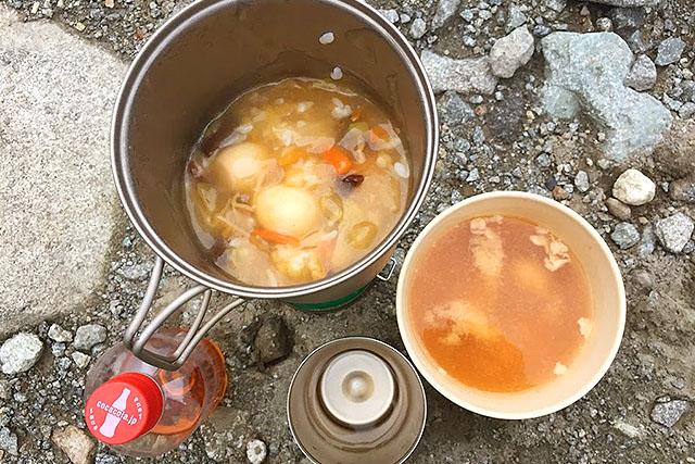 夕食はレトルトの中華丼と豚汁。コッヘルはチタンの軽量コッヘル。