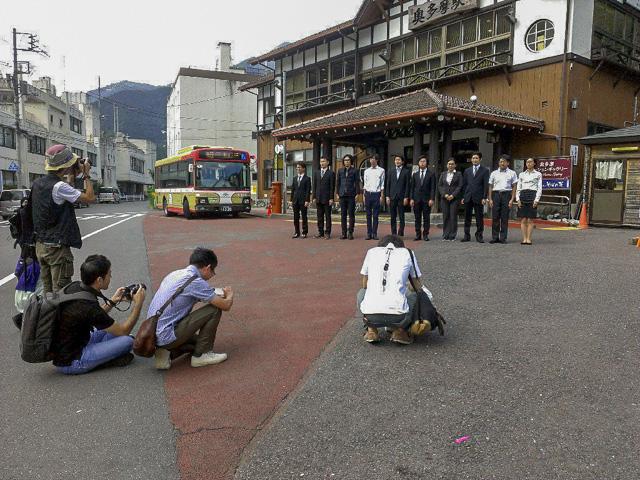 そして駅前でさきほどの「ザ・スーツ」を、非スーツの撮影班の参加者に撮っていただき、