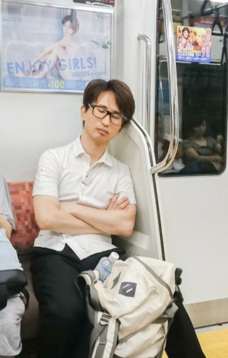 案の定、帰りの電車では頭痛がひどく、打ち上げの開催もままならず、解散とあいなった。やっぱりスーツ苦手。