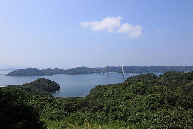 橋の向こうに見えるのが鷹島。手前に架かるが肥前鷹島大橋。