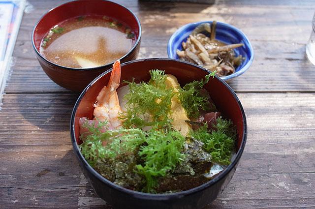海鮮丼を食べた。たっぷり乗った海藻で刺し身が惜しげもなく隠れてるところがいい。