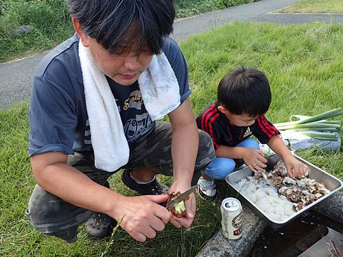 本日の幹事を務めるヒデちゃん。生のサトイモを使う場合は、包丁の背で皮をこそげ落とすのが楽だそうです。ネギは適当に切っておく。